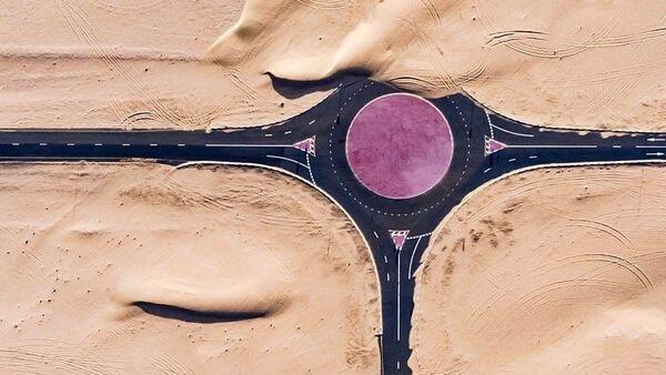 Ảnh chụp các con đường phủ đầy cát ở Các Tiểu vương quốc Ả Rập thống nhất do nhiếp ảnh gia Irenaeus Herok thực hiện - Sputnik Việt Nam
