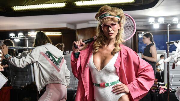 Người mẫu trong hậu trường tại một cuộc trình diễn thời trang của Plein Sport ở Milan - Sputnik Việt Nam
