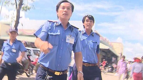 Nhóm bảo vệ lao về phía nhóm phóng viên của VTV Cần Thơ - Sputnik Việt Nam