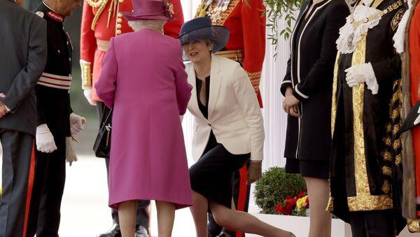 Theresa May và Nữ hoàng Elizabeth II - Sputnik Việt Nam
