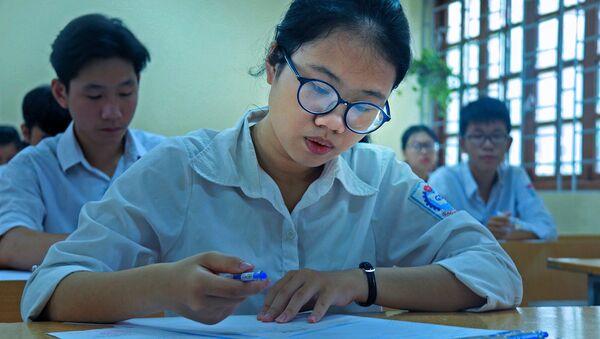 Thí sinh làm bài thi môn Ngữ văn, môn duy nhất thi theo hình thức tự luận. - Sputnik Việt Nam