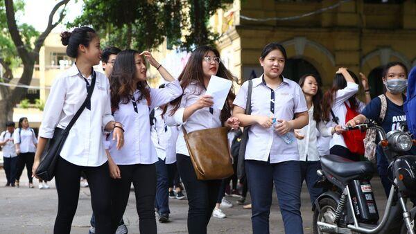 Thí sinh trao đổi sau khi hoàn thành môn thi đầu tiên tại điểm thi trường THPT Việt Đức ( Hà Nội). - Sputnik Việt Nam
