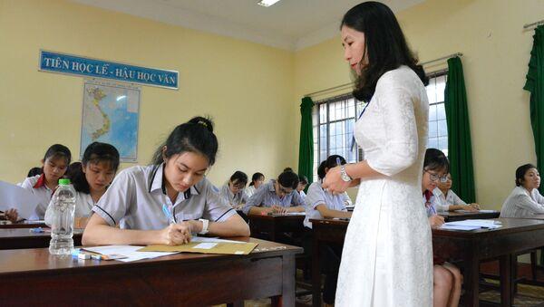 Thí sinh chứng kiến đề thi môn văn còn niêm phong tại điểm thi Trường Trung học Phổ thông Buôn Ma Thuột (Đắk Lắk). - Sputnik Việt Nam