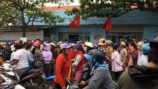 Người dân tập trung tại trụ sở công an yêu cầu làm rõ cái chết của Kha. - Sputnik Việt Nam