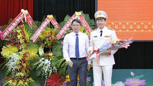 Lãnh đạo UBND tỉnh Đắk Lắk tặng hoa cho tân Giám đốc công an tỉnh Đắk Lắk. - Sputnik Việt Nam