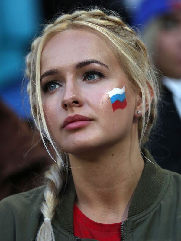 Fan nữ trước khi bắt đầu trận đấu bóng đá World Cup giữa hai đội tuyển quốc gia Serbia và Thụy Sĩ - Sputnik Việt Nam