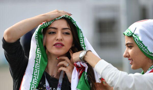 Nữ cổ động viên đội tuyển quốc gia Iran trước trận đấu vòng bảng World Cup giữa đội tuyển Iran và Bồ Đào Nha - Sputnik Việt Nam