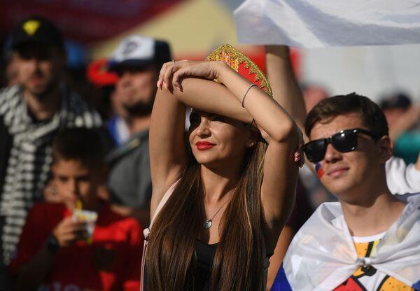 Những cổ động viên nữ trong khu vực dành cho người hâm mộ xem chương trình phát sóng trận đấu giữa các đội tuyển quốc gia Uruguay và Nga tại Moskva - Sputnik Việt Nam