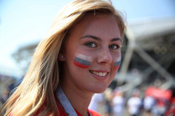 Nữ cổ động viên Nga trước trận đấu bóng đá World Cup giữa hai đội Uruguay và Nga. - Sputnik Việt Nam