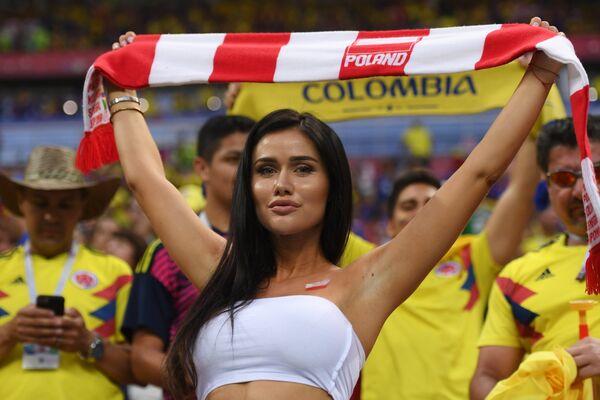 Nữ cổ động viên Ba Lan trước trận đấu World Cup giữa Colombia và Ba Lan. - Sputnik Việt Nam