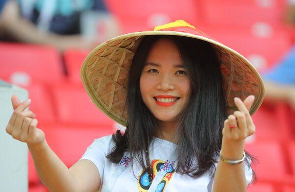 Nữ cổ động viên đến từ Việt Nam trước trận đấu World Cup 2018 giữa Ba Lan và Senegal - Sputnik Việt Nam