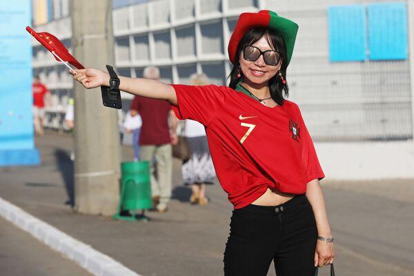 Cổ động viên nữ Trung Quốc trước trận đấu World Cup 2018 giữa hai đội tuyển quốc gia Iran và Bồ Đào Nha - Sputnik Việt Nam