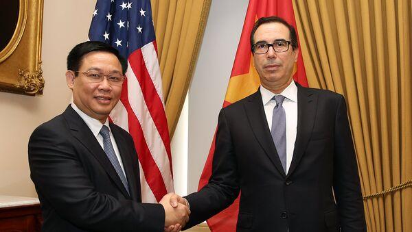 Phó Thủ tướng Vương Đình Huệ và Bộ trưởng Tài chính Steven Mnuchin. - Sputnik Việt Nam