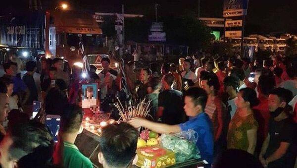 Người nhà thiếu nữ tử vong ở Hưng Yên mang quan tài ra QL5. - Sputnik Việt Nam