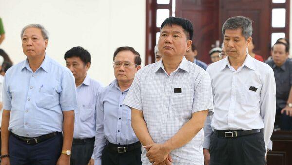Bị cáo Đinh La Thăng (SN 1960), nguyên Chủ tịch HĐQT/HĐTV PVN) và các bị cáo nghe hội đồng xét xử đọc bản tuyên án. - Sputnik Việt Nam