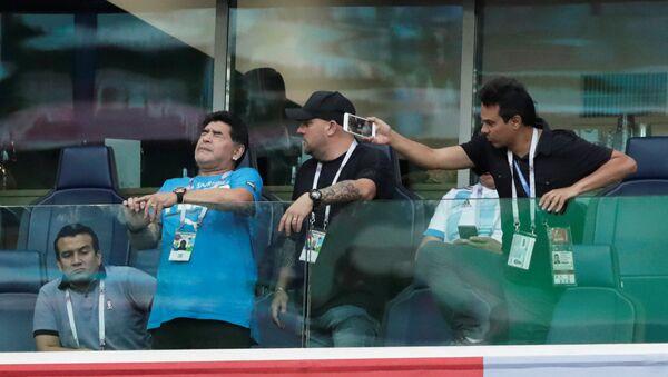 Cầu thủ bóng đá huyền thoại người Argentina Diego Maradona tại trận đấu vòng bảng World Cup giữa đội tuyển Argentina và Nigeria - Sputnik Việt Nam