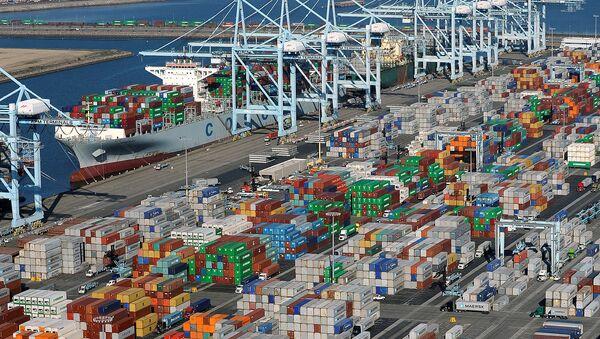 Chất container lên tàu vận tải hàng tại Los Angeles, California - Sputnik Việt Nam