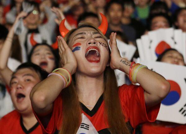 Fan của đội Hàn Quốc theo dõi trận đấu giữa Đức và Hàn Quốc tại Seoul - Sputnik Việt Nam