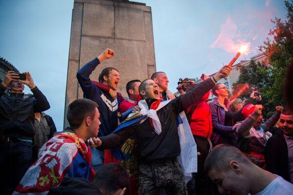 Người hâm mộ đội tuyển quốc gia Serbia trong trận đấu giữa hai đội tuyển Thụy Sĩ và Serbia tại Belgrade - Sputnik Việt Nam