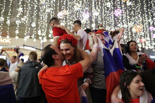 Người hâm mộ đội tuyển Nga mừng chiến thắng trong trận đấu của vòng bảng World Cup giữa hai đội tuyển Nga và Ai Cập trên đường Nikolskaya ở Moskva - Sputnik Việt Nam