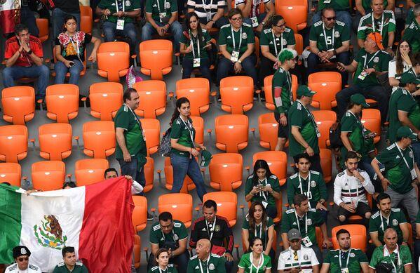 Người hâm mộ đội tuyển quốc gia Mexico rời khỏi khán đài trong trận đấu vòng bảng của World Cup bóng đá giữa các đội tuyển quốc gia Mexico và Thụy Điển ở Ekaterinburg - Sputnik Việt Nam