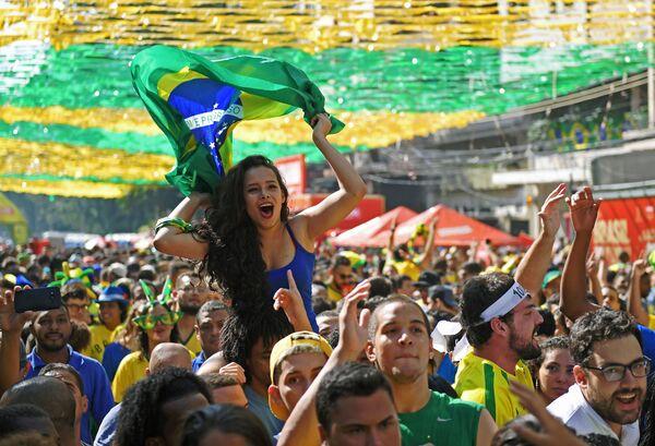 Người hâm mộ đội tuyển quốc gia Brazil sau trận đấu giữa Costa Rica và Brazil ở Rio de Janeiro - Sputnik Việt Nam