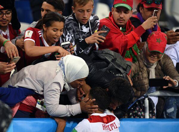 Ashraf Hakimi (Morocco) giao lưu với fan  hâm mộ sau trận đấu vòng bảng World Cup giữa các đội tuyển quốc gia Tây Ban Nha và Morocco - Sputnik Việt Nam