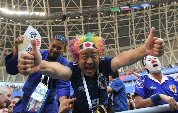 Người hâm mộ đội tuyển quốc gia Nhật Bản mừng chiến thắng của đội trong trận đấu vòng bảng World Cup giữa Colombia và Nhật Bản - Sputnik Việt Nam