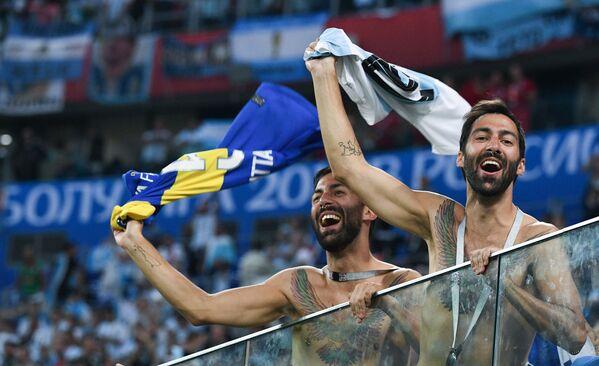 Người hâm mộ đội tuyển Argentina vui mừng trước chiến thắng sau trận đấu vòng bảng World Cup giữa các đội Nigeria và Argentina - Sputnik Việt Nam