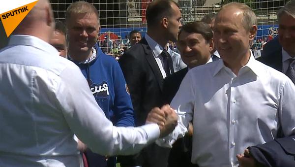 Tổng thống Vladimir Putin chơi bóng đá trên Quảng trường Đỏ và ghi bàn - Sputnik Việt Nam