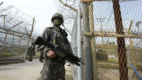 Một người lính Hàn Quốc tại hiện trường vụ nổ ở khu phi quân sự - Sputnik Việt Nam