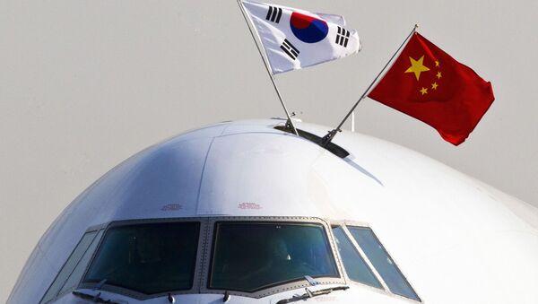 Cờ Hàn Quốc và Trung Quốc trên máy bay tại Bắc Kinh - Sputnik Việt Nam