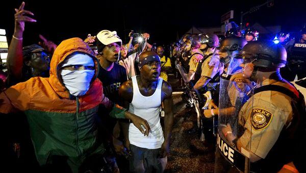 Đám biểu tình và cảnh sát ở Ferguson - Sputnik Việt Nam