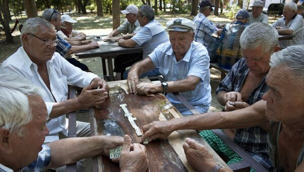 Người về hưu chơi cờ domino trong công viên thành phố Evpatoriya - Sputnik Việt Nam