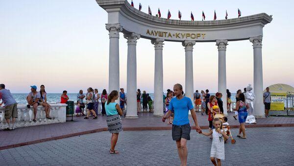 Các du khách trên quảng trường trong thành phố Alushta ở Crưm - Sputnik Việt Nam