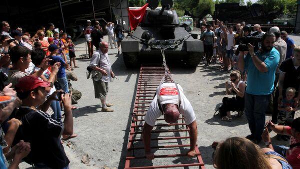 Lực sĩ Nga Ivan Savkin đẩy xe tăng T-34 - Sputnik Việt Nam