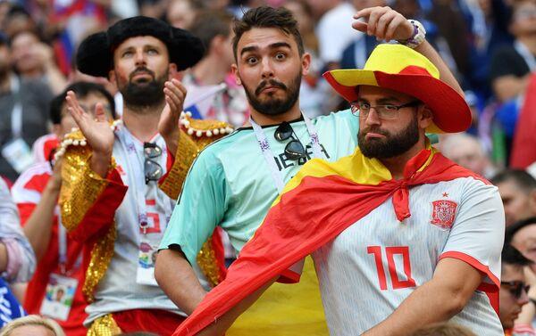 Fan bóng đá trong khi trận đấu World Cup giữa đội tuyển Tây Ban Nha và Liên Bang Nga - Sputnik Việt Nam