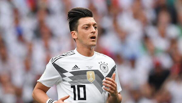 Mesut Ozil, Đức. Ozil đặc biệt xứng đáng được xếp hạng trong bảng bởi lối chơi chậm chạp và không đủ năng lực. - Sputnik Việt Nam