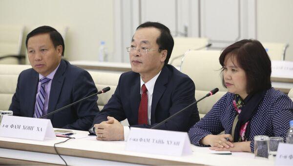 Ngày 05 tháng 7 tại Bộ Xây dựng Nga đã diễn ra cuộc họp của Bộ trưởng Bộ Xây dựng và nhà ở- dịch vụ quản lý nhà ở của Liên bang Nga Vladimir Yakushev và Bộ trưởng Xây dựng Việt Nam Phạm Hồng Hà. - Sputnik Việt Nam
