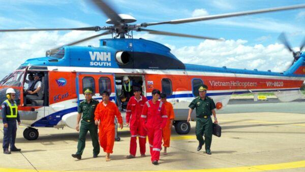 Lực lượng chức năng dùng trực thăng đưa 4 ngư dân bị nạn vào bờ an toàn - Sputnik Việt Nam