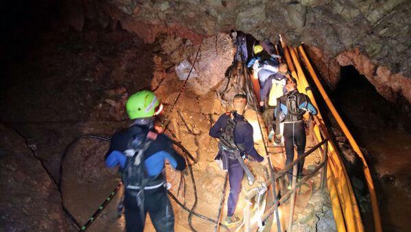 Việc bắt đầu hoạt động đưa các trẻ em ra khỏi hang ngập ở Thái Lan - Sputnik Việt Nam