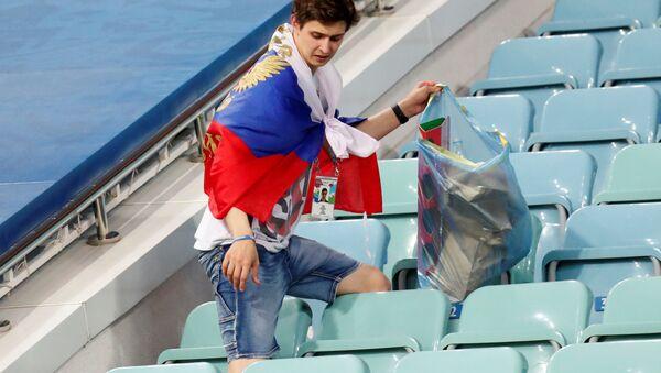 CĐV Nga vẫn nán lại nhặt rác sau trận đấu vòng tứ kết World Cup giữa đội tuyển Nga và Croatia - Sputnik Việt Nam
