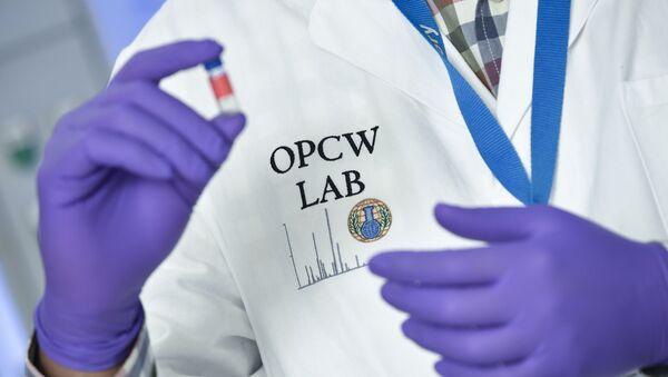 Лаборант с пробиркой в руках в штаб-квартире ОЗХО в Гааге, Нидерланды - Sputnik Việt Nam