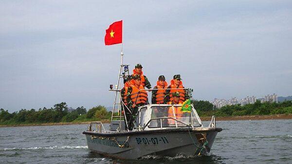 Lực lượng Đồn Biên phòng Hải Hòa đang tuần tra bảo vệ tại cửa sông Bắc Luân. - Sputnik Việt Nam