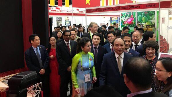 Thủ tướng Nguyễn Xuân Phúc và bà Lê Hoàng Diệp Thảo - Sputnik Việt Nam