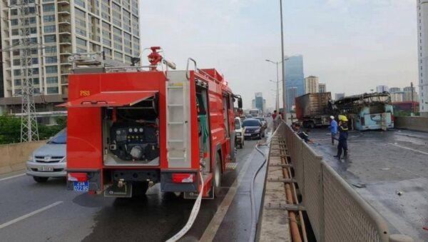 Cảnh sát PCCC Hà Nội phải điều 3 xe cứu hoả đến để dập tắt đám cháy. - Sputnik Việt Nam