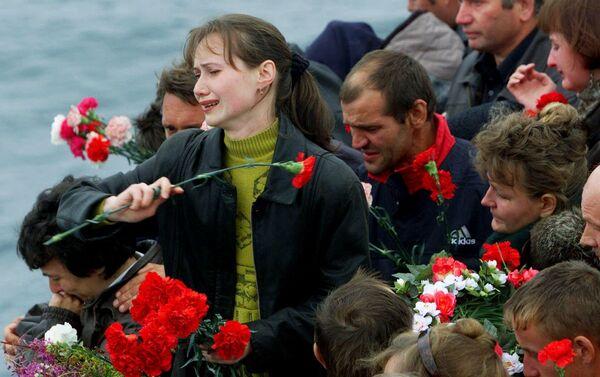 """Thân nhân của các thủy thủ đã hy sinh trên chiếc tàu ngầm hạt nhân """"Kursk"""" bị chìm. - Sputnik Việt Nam"""