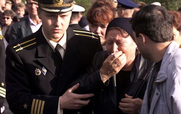Thủy thủ Nga giúp một người phụ nữ trong lễ tưởng niệm - Sputnik Việt Nam