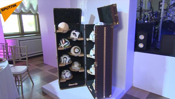 Valy Louis Vuitton  chứa bộ sưu tập bóng đá World Cup với giá gần 300 ngàn USD - Sputnik Việt Nam