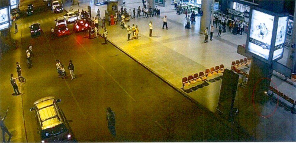 Bom xăng (vùng khoanh vòng tròn đỏ) đặt sân bay Tân Sơn Nhất ngày 22/4/2017.